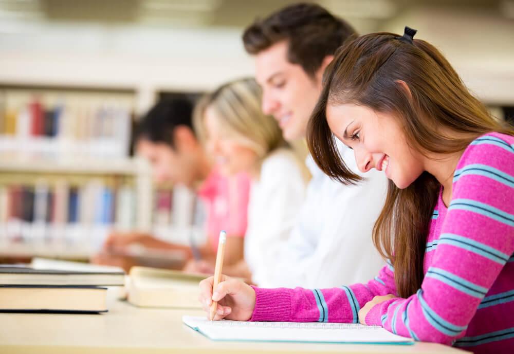 Estudiantes con una idea clara acerca de su futuro después de realizar una orientación profesional
