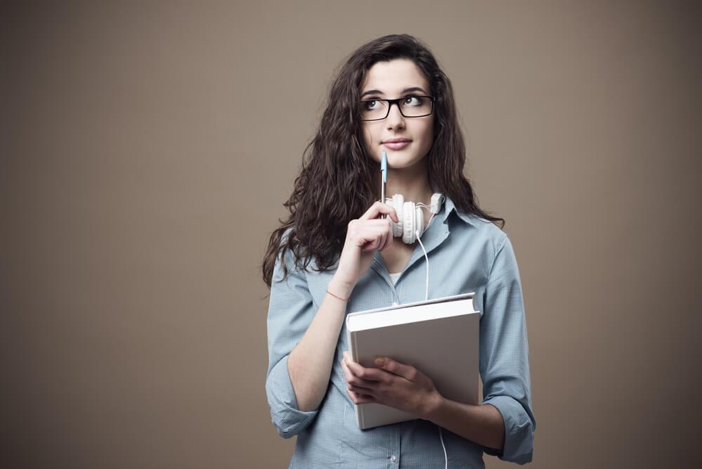 Mujer analizando su situación para descubrir si en realidad necesita de un acompañamiento u orientación psicologica