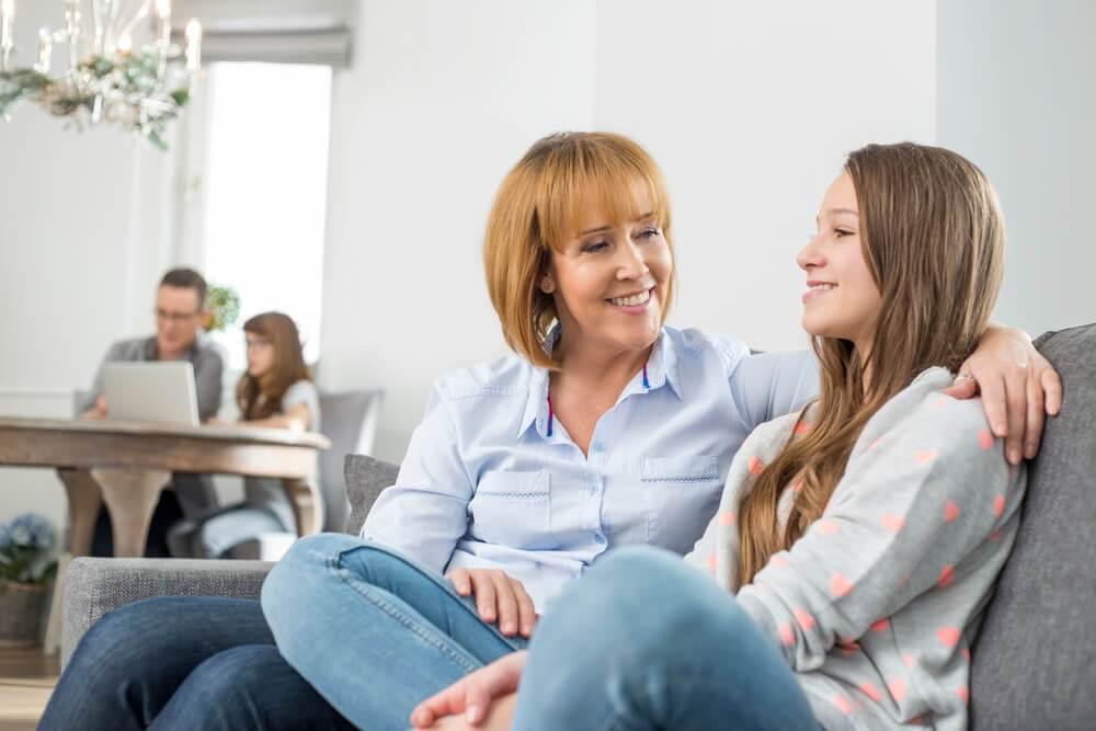 Madre hablando con su hija de manera amable y cariñosa