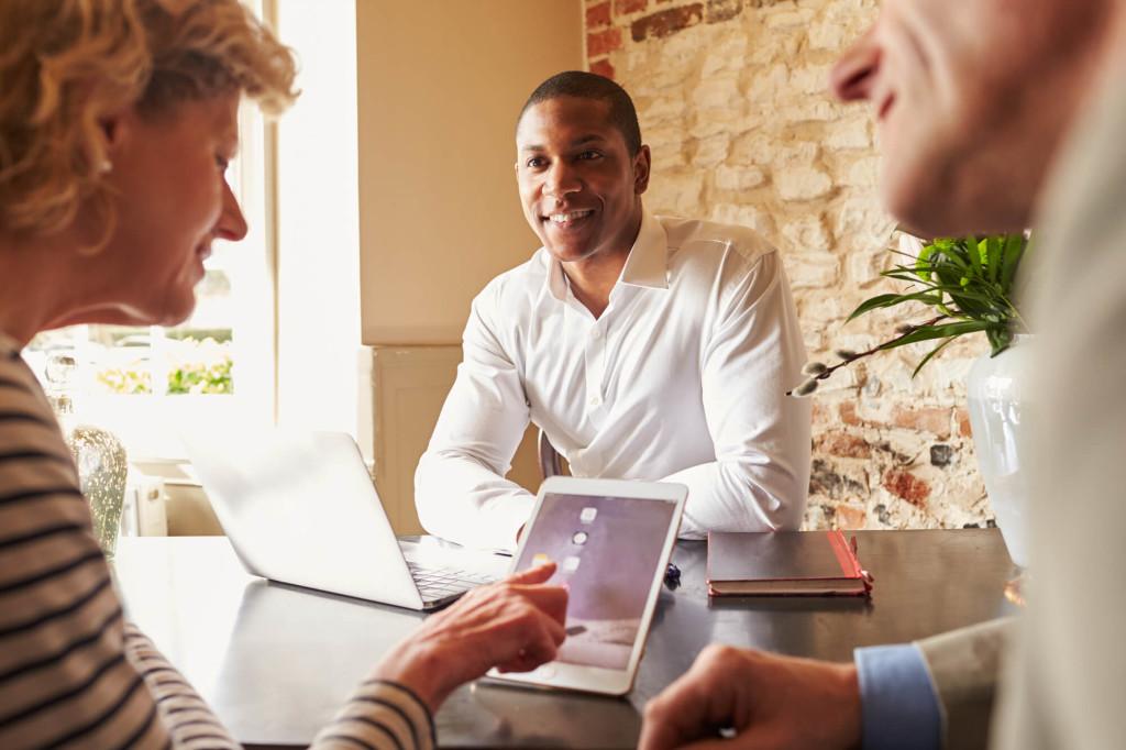 Empresarios pidiendo asesoria a un psicologo para su organización