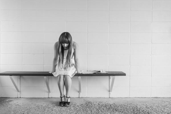Jóven sentada sufriendo trastorno de personalidad psicopatía